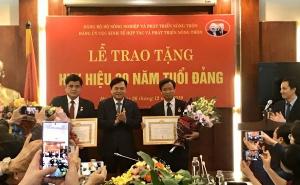 Thứ trưởng Bộ Nông nghiệp và Phát triển nông thôn, Trần Thanh Nam và Phó Cục trưởng Cục Kinh tế hợp tác và Phát triển nông thôn An Văn Khanh vinh dự nhận huy hiệu 30 năm tuổi Đảng